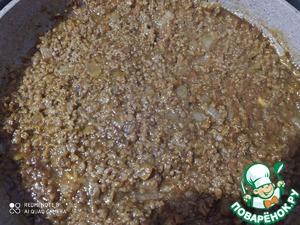 Пока бублики замачиваются, лук и морковь максимально мелко порезать, в разогретое масло кинуть специи, через 15 сек. - лук, еще через минуту морковь, немного потушить, добавить соевый фарш вместе с водой, в которой он заваривался, и тушить пока вода не испарится.