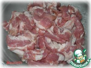470 г мякоти свинины вымыть, слегка обсушить, нарезать на небольшие кусочки.