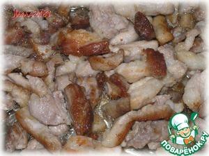 Кусочки свинины обжарить на растительном масле (2 ст. л.) до золотистой корочки.