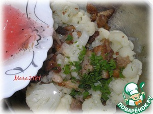 В общей ёмкости соединить цветную капусту и жареные кусочки свинины. Сюда же мелко порезать немного петрушки. Заправить салат соусом и тщательно перемешать. Дать настояться минут 20-30.