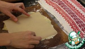 """И раскатываю коржи чуть толще чем на торт """"Наполеон"""". Не люблю тонкие. Но они хорошо растут во время выпечки.   Сразу раскатываю на тефлоновом коврике на котором буду выпекать.   Коржи можно обрезать сразу до нужного размера, но я уже обрежу после выпечки.   Вырезать буду по шаблону из пергаментной бумаги.    Накалываю перед выпечкой вилкой и отправляю в заранее разогретую духовку до 170 градусов, выпекаю до золотистого цвета. Это приблизительно 3-5- минут.   И чтобы дело шло быстрее, пока один корж в духовке следом раскатываю следующий."""