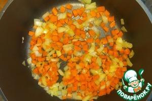 Лук и морковь очистить, нарезать кубиком.   Обжарить на растительном масле несколько минут.