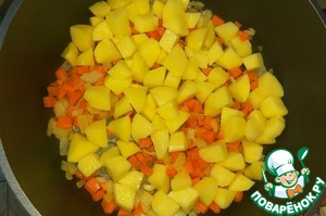 Добавить очищенный и нарезанный кубиком картофель, жарить пару минут, помешивая.