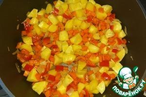 Добавить нарезанный кубиком сладкий перец и измельченный чеснок.   Немного обжарить.