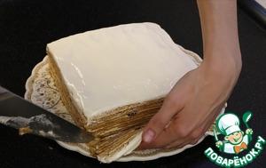 Когда торт пропитался сверху хорошим толстым слоем нанесла сметану. Обрезала края. Можно оставить тортом, но...