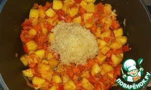 Рис хорошо промыть, добавить к овощам. Перемешать.