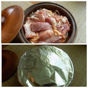Мясо нужно замариновать в специях с луком и чесноком хотя бы на час. Лучше будет, если вы его замаринуете на ночь. Мясо даст сок. Я мариновала мясо сразу в той посуде, в которой поставлю в духовку. Нарезала мясо довольно большими кусочками. Порезала слайсами чеснок, лук-полу-кольцами. Присыпала солью, специями и тщательно перемешала, накрыла крышкой. Я мариновала ночь.    Накрыла промаринованное мясо в кеци фольгой и поставила в духовку на 1 час при т-200 С.