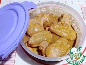 Перемешать куриные крылышки в подготовленной смеси, накрыть крышкой и дать замариноваться в холодильнике не менее 4-х частов.