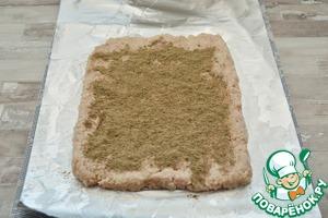 На листе фольги разложите фарш слоем 1 см, обильно посыпьте его черным молотым перцем ( у меня ушло около 1 ст. л.)