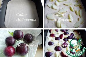 Дно разъемной формы 24х24 застелить пекарской бумагой, выложить в нее тесто.   Яблоко очистить, удалить семена и сердцевину, нарезать произвольно, выложить на тесто.   Сливы промыть, обсушить бумажным полотенцем, нарезать кусочками,   выложить на тесто.
