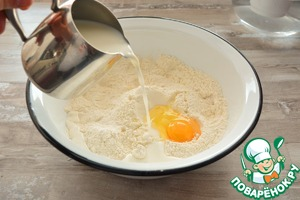 Просейте в миску муку, добавьте соль, сахар, ванилин, сухие растворимые дрожжи и перемешайте сухие ингредиенты.       Добавьте яйцо, тёплое молоко, мягкое сливочное масло и замесите тесто
