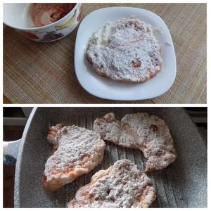Обваливаем замаринованные куски свинины в муке с обеих сторон. Выкладываем на сковороду, обмазанную маслом и разогретую. Я использую сковороду гриль. Можно делать на любой. Сковорода у меня 28 см. Лучше выложить за раз все куски. У меня как раз сковорода на 3 куска.