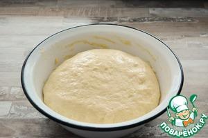 За это время тесто поднимется 3-4 раза. Обминайте его прям в миске, смазывая руки растительным маслом.