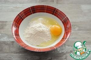 Пока подходит тесто приготовьте начинку.      Смешайте сахар, соль, ванилин, кукурузный крахмал и яйцо в однородную кашицу, добавьте 50 мл молока и тщательно размешайте