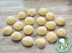 Подошедшее тесто выложите на смазанную маслом поверхность, хорошо вымесите. Разделите на кусочки примерно по 50 гр каждый, сформируйте из них шарики и оставьте на 10-15 минут, прикрыв пленкой