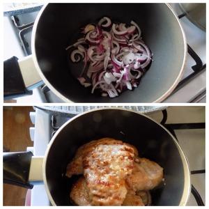 Берём любую посуду с толстым дном. Я взяла сотейник. Режем целую луковицу полу-кольцами и укладываем на низ сотейника. Снимаем куски мяса со сковороды-гриль и укладываем их на лук. Со сковороды, где жарилось мясо, сливаем сок в сотейник, накрываем крышкой. На плите, где стоит сотейник, включаем огонь на минимум. Томим мясо с луком минут 5. СРАЗУ НА МИНИМАЛЬНОМ ОГНЕ.