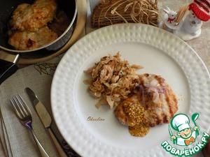 Накрываем стол и подаём. Накладываем на тарелку капусту, отбивную свинину. На неё-лук и добавляем зернистой горчицы.