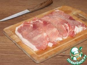 1. Приготовим мясо. У меня 3 свиных стейка. Каждый стейк разрезаем вдоль на 2 части. Получается 6 тонких пластин мяса.
