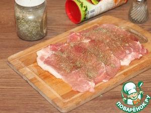3. Посыпаем пластины мяса приправой, солим и перчим.