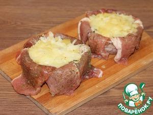 11. Раскладываем и утромбовываем вареный и натертый на крупной терке картофель. Картофель предварительно посолить, можно добавить сухую приправу.