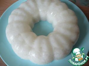 Желе дать застыть ( у меня застыло желе при комнатной температуре). Застывшее кокосовое молоко извлечь из формы перевернув форму на блюдо.
