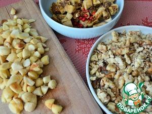 Орехи прокалить на сухой сковороде, грецкие порубить,    миндаль почистить и порубить.
