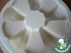 Берем разрезанные дольки кокосового желе и снова выкладываем в форму, через одну ячейку.