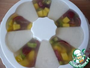 Теперь в каждую свободную ячейку по очереди добавить нарезанные фрукты. Все ячейки заполнить доверху и залить оставшимся желе. Поставить желе застывать (желе хорошо застывает при комнатной температуре).
