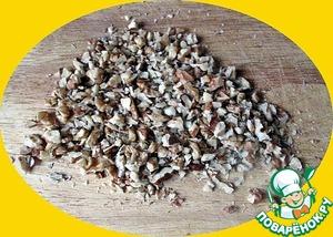 Грецкие орехи рубим в мелкую крошку   Включаем духовку на разогрев до 180 град. С.