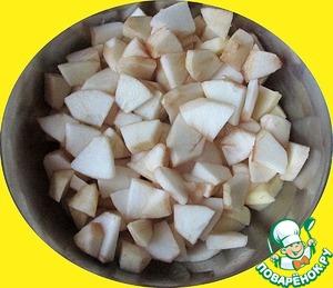 Яблоки очищаем, нарезаем средними кусочками, заливаем лимонным соком и коньяком, перемешиваем