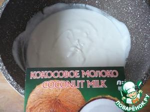 Для приготовления белого слоя желе: кокосовое молоко выливаем в миску.