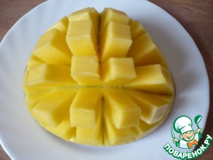 Приготовить фрукты: манго нарезать небольшими квадратиками.