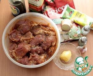 Мясо можно выбрать любое, я готовила со свининой, лопаточная часть. Мясо вымыть, обсушить, нарезать на крупные кусочки. Приготовить маринад. На мелкой терке натереть имбирь и 3-4 зубчика чеснока, добавить остальные ингредиенты: соевый соус, горчицу, оливковое масло, кетчуп, мед, соль, перец, хорошо размешать и замариновать мясо. Желательно для маринования уделить побольше времени, оставить мясо в холодильнике на ночь.