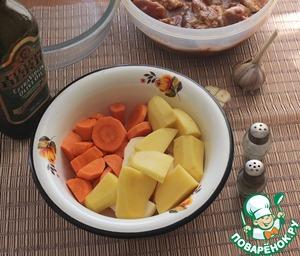 Картофель и морковь вымыть, почистить, нарезать крупными кусочками. Далее все можно сделать в чашке, но лучше нарезанные овощи сложить в полиэтиленовый пакет, посолить, поперчить, полить оливковым маслом, пакет потрясти, чтобы овощи хорошо пропитались.
