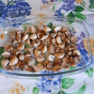 Приготовление салата начнем с запекания грибов шампиньонов. Грибы разрезать на части, полить кунжутным маслом и запекать в духовке 10-15 минут, не солить, если есть гриль, то запекать под грилем.