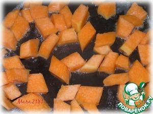 200 г мякоти тыквы нарезать на небольшие кусочки.   На сковороде растопить 20 г сливочного масла и добавить тыкву.   Помешивая, готовить около 5-7 минут на малом огне.