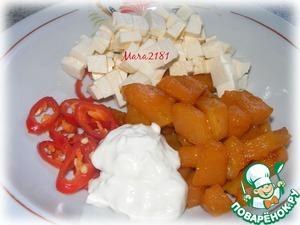 Нарезать небольшими кусочками плавленный сливочный сырок.    В одной ёмкости тщательно смешать нарезанный плавленный сыр, карамелизированную тыкву, красный жгучий перец и домашний майонезный соус (с добавлением горчицы и лимонного сока). Добавить соль и розмарин по вкусу. При подаче сверху добавить немного ягод кишмиша.