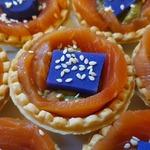 Корзиночки с гуакамоле и красной рыбой