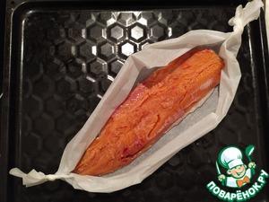 Рыбу (любую, на ваш вкус и по вашим возможностям - горбуша, лосось, форель, кета, сёмга) разделываем. Филе выкладываем в лодочки из пергамента.