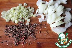Смесь перцев растолочь, сельдерей измельчить, лук нарезать полукольцами.