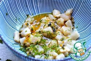 Гребешки нарезать кубиками. К маракуйе добавить гребешки, цедру лайма, полить оливковым маслом, посыпать солью по вкусу. Перемешать и оставить мариноваться 5 минут.