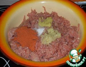 Свинину два раза пропустить через мясорубку, добавить в фарш все перечисленные ингредиенты и тщательно перемешать.