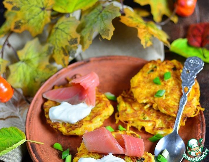 Рецепт: Тыквенные драники со сметаной и кетой