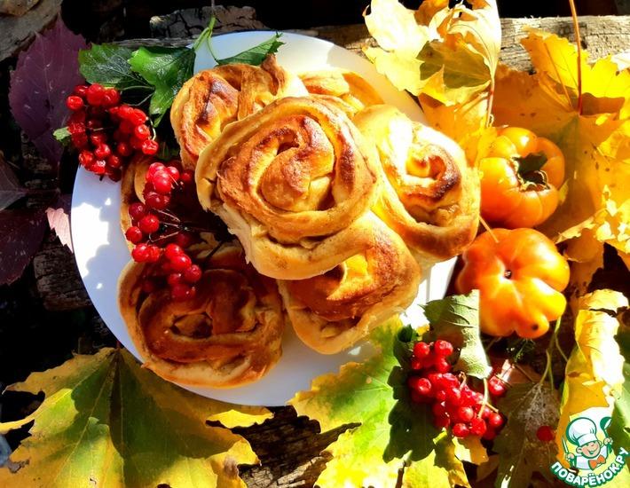 Рецепт: Ароматные булочки с корицей и карамелизованными яблоками
