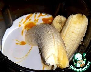 В блендер положила очищенные бананы.