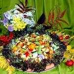 Салат овощной с курицей и авокадо