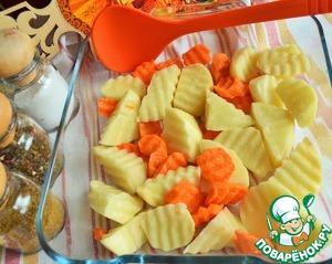 Картофель и морковь нарезать, выложить в жаропрочную форму,    посолить.