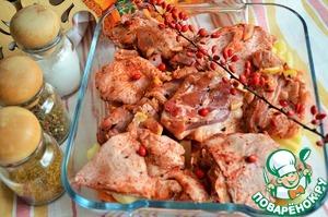 На овощи разложить куски утки,    сбрызнуть растительным маслом.