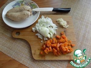 Вторую луковицу, чеснок и отваренную морковь режем мелко произвольно.