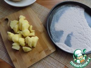 Чистим картофель, режем его произвольно. Отправляем в кастрюлю. Муку нам нужно подсушить. Я буду делать это на антипригарной форме в духовке. Это быстро, примерно с минуту. Её нужно распределить равномерным тонким слоем по форме. Можно подсушить муку на чистой сухой сковороде.